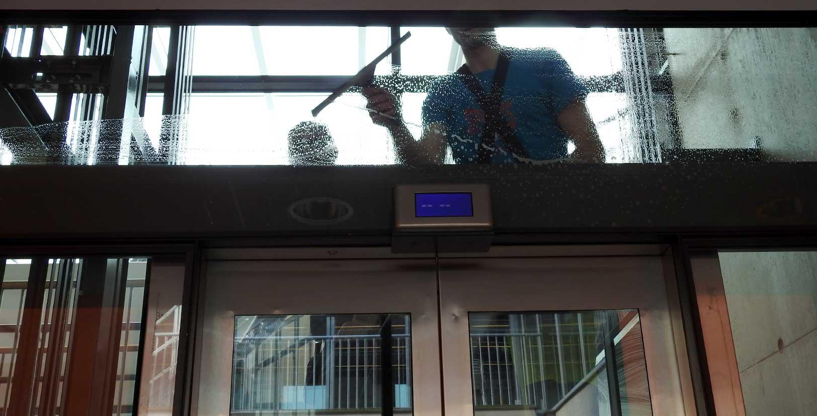 Fönsterputs i hisschakt