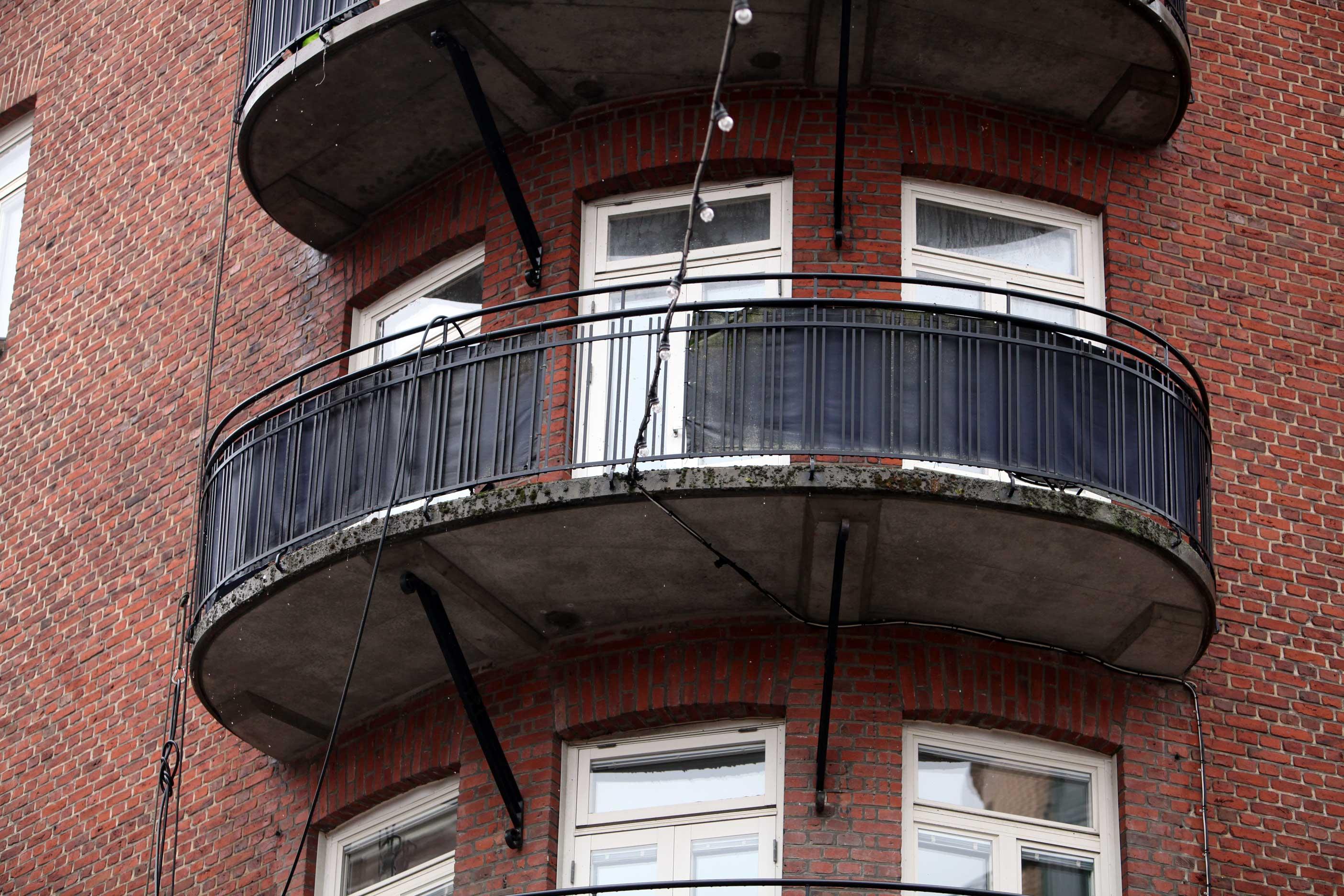 Balkongens betongnos med mossa och grönalger