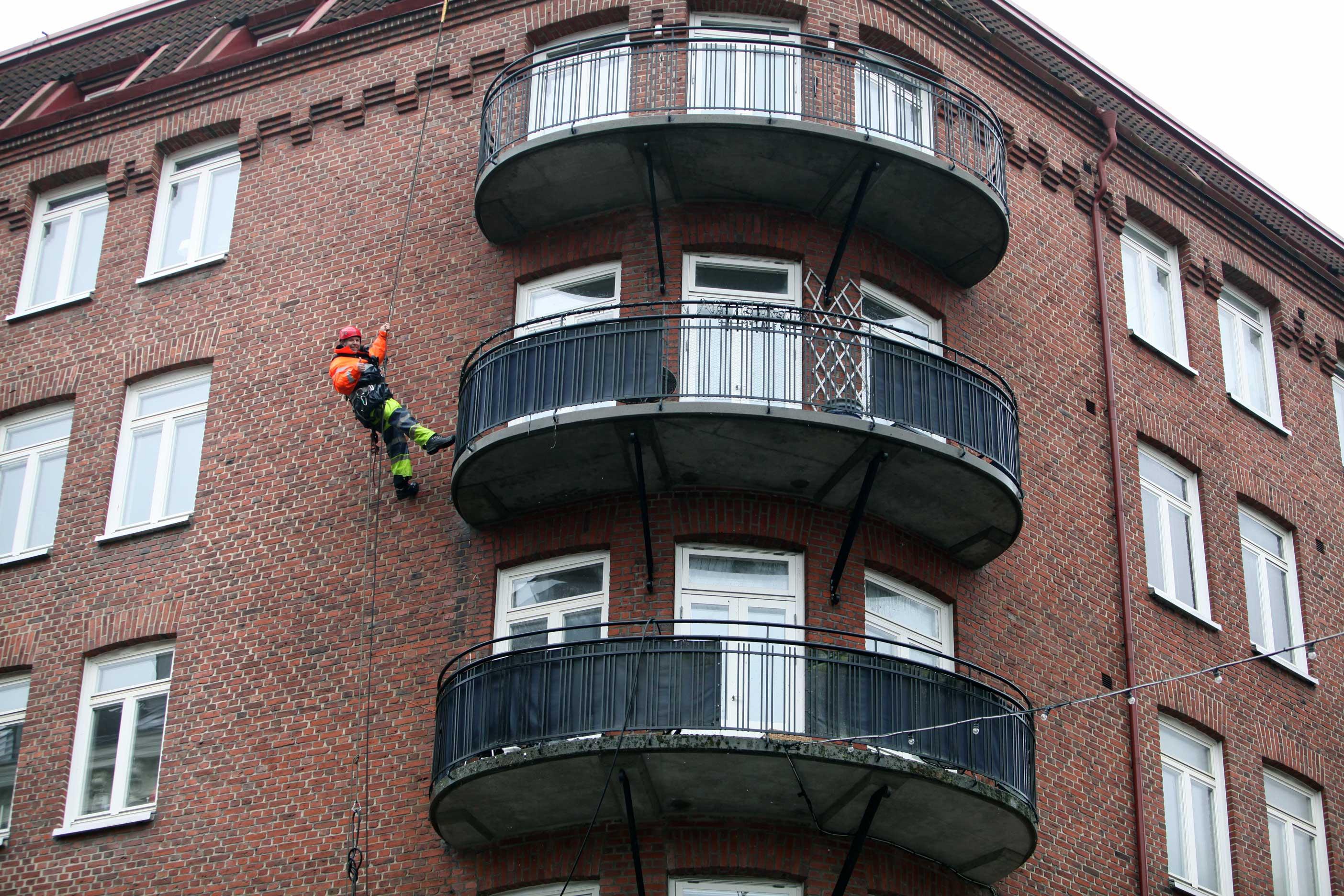 Rena balkonger utan lift eller ställning